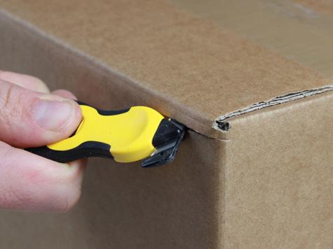Foto Sicherheitsmesser Klever Xchange mit Schutzhaken für maximale Sicherheit hier beim Schneiden von Pappe